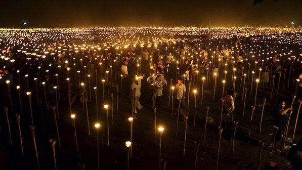 Voluntários acendem velas durante o evento 'Luz da Paz nas Filipinas' na cidade de Oton. O evento alcançou um recorde mundial para a maior i...