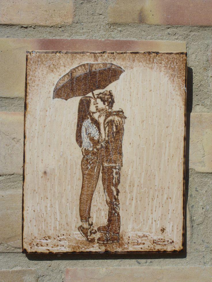 Csók az esőben - kézzel égetett, pirográf kép (pyrography art)
