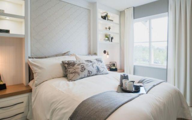 idee per decorare una piccola camera da letto Possiedi una piccola camera da letto e non sai come arredarla? nessun problema. Segui le nostre idee per decorare una piccola camera da letto.  Per prima cosa è importante scegliere delle tonalità ne #casa #arredamento