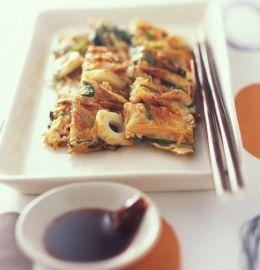 豆乳ベースのしっとりとした生地が味わい深い、韓国風お好み焼き。具はあり合わせのものでOKですが、味の決め手・桜エビだけは欠かさずに。香ばしさが加わって満足度がアップします。(1) ボウルにちくわ、ニンジン、ニラを入れて卵を割り入れ、豆乳、小麦粉、顆粒鶏ガラスープを加えてよく混ぜ合わせる。