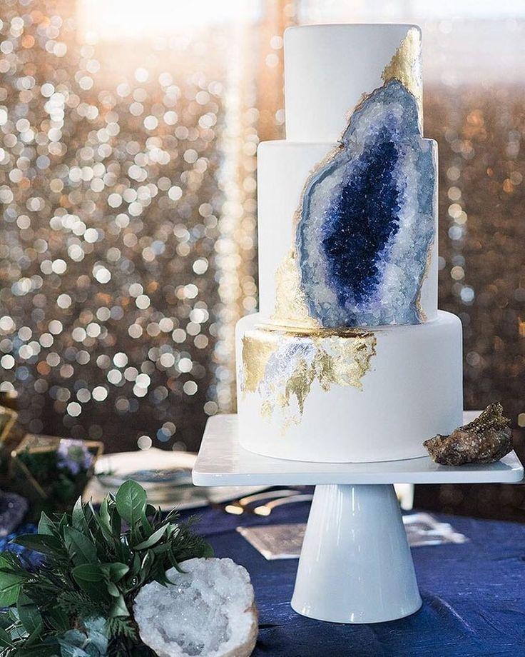 #JoiasRenataRoseAma #WeddingTrend: Desde o começo desse ano temos visto cada vez mais bolos em formato de geodo em casamentos mundo afora e parece que a tendência veio para ficar. Com diversas opções de cor o resultado é muito bonito especialmente quando é feito em tons de ametistas como esse da foto. Quem gostou levanta a mão!  Image by: @weddingchicks  #weddingcake #weddingideas #bolodecasamento #geode #geodes #geodo