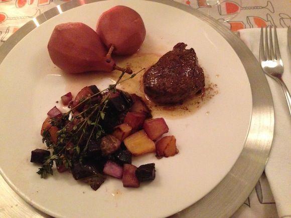 We hebben heel lekker vlees ontvangen van vleesthuisbezorgd.nl om te testen voor Kerst. Dit recept is met hertenbiefstuk. De biefstuk is heel eenvoudig met peper en zout gebakken. De groente er naast maken het totaal een feestje. Het is een variant op een klassiek gerecht van hertenbiefstuk met stoofperen met Kerst.  Het vlees van….... lees verder