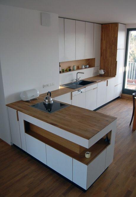 Küche mit Rückgabe statt Inseleinheit. Weiß- und Holzeinheiten