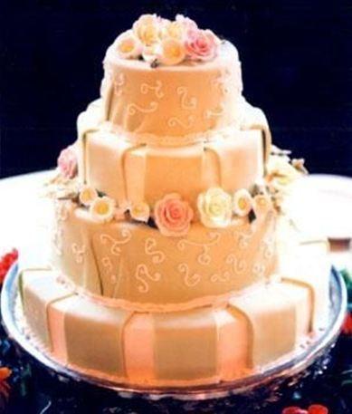 Torta nuziale a piani con fiori rosa e bianchi by Le Muse Banqueting