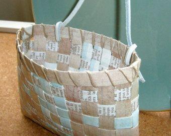 Los tonos cálidos y terrosos de estos tazones de fuente de papel único hacen la adición perfecta a su encimera, repisa o pantalla.  Los tazones de fuente están hechos de materiales reciclados y reutilizados trozos de papel de una variedad de fuentes, dándoles una combinación única de colores, tonalidades y texturas. Tiras de papel cortadas, dobladas y torcidas en pequeñas espirales que forman la base... tiras se envuelven luego hacia arriba desde la base para crear la forma acabada. El…