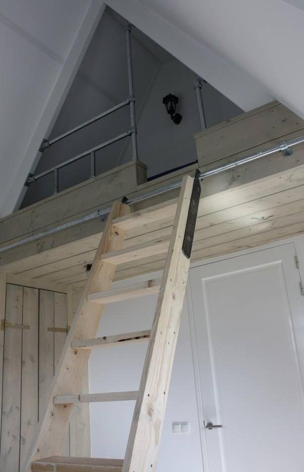 Supermooi kinderbed in de nok van het huis. Zelf een hoogslaper maken met steigerbuizen verbinders en steigerplanken. Constructie met kasten onder het bed.