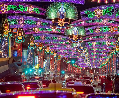 Bukan hanya surga belanja, Singapura kaya akan tempat dan kegiatan berbau seni. Banyak festival yang bisa dinikmati, Deepavali Celebrations di Little India menjadi salah satunya. Mungkin, rasanya sama seperti saat di India saat berada di tengah-tengah Deepavali Celebrations. #SGTravelBuddy
