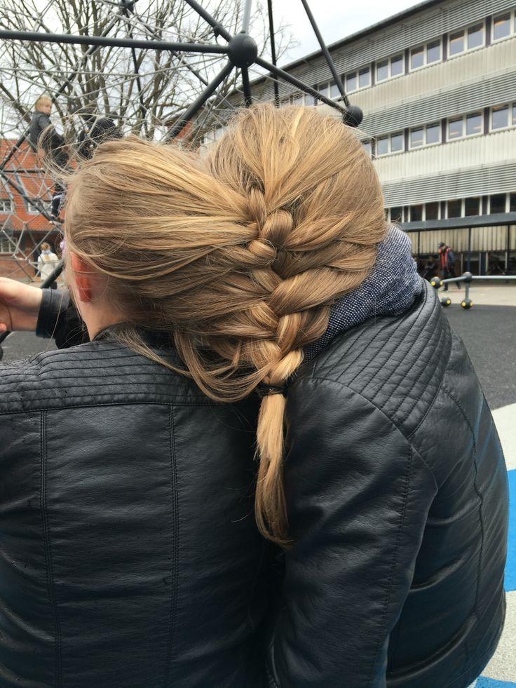 Mig og Clara der selv har forsøgt at flette vores hår sammen. #mega grineren❤️