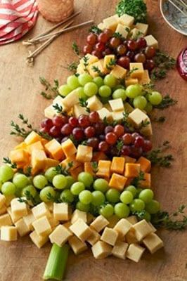 ~~~~~~~~ Fun Recipe World ~~~~~~~~ Christmas Tree Made From Grapes And Cheese Cubes..