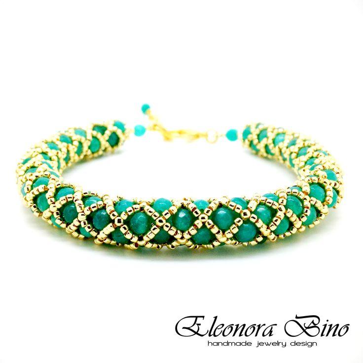 Bracciale tubolare netted con perle sfaccettate di agata colorata Colori: verde Tiffany, oro Materiali: perle sfaccettate di agata colorata , perline di precisione di vetro giapponesi Completamente realizzato a mano da: Eleonora Bino