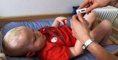 Bébé a de la fièvre, est-ce grave ? Eve Balzamo, pédiatre vous dit tout ce qu'il faut savoir sur la fièvre du nourrisson. Comment prendre sa température ? Quels réflexes adopter pour faire baisser la fièvre ? Les réponses en vidéo.