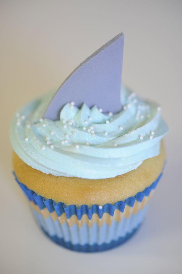 shark cupcakeSharks Cupcakes, Sharks Fin, Sharks Weeks, Theme Parties, Sharks Bites, Parties Ideas, Sea Theme, Sharkweek, Bites Cupcakes