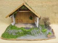 Einfacher aber sehr schöner offener Stall. Der Stall steht auf einer kleinen Erhöhung. Die seitenwände sind verputzt, die Rückwand mit Holz verkleidet.    Das Dach ist mit Lichie Moos ( lange haltbar ) und Rinde gedeckt.