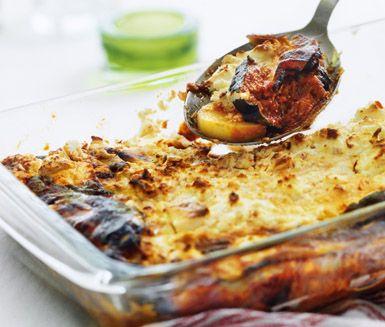 Denna vegetariska moussaka baserad på potatis och aubergine är smaksatt med oliver och fetaost, vilket ger gratängen en fin smak. Blir en  härlig höstmiddag tillsammans med en god grönsallad.
