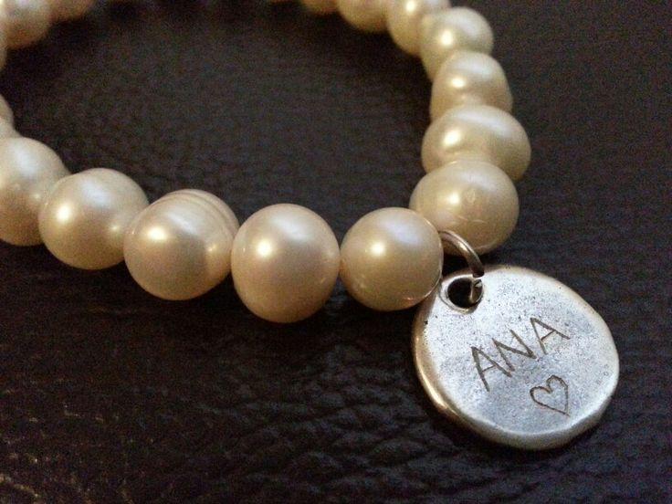 Pulsera de perlas con chapa personalizada #pulsera #bisuteria #hechoamano #moda