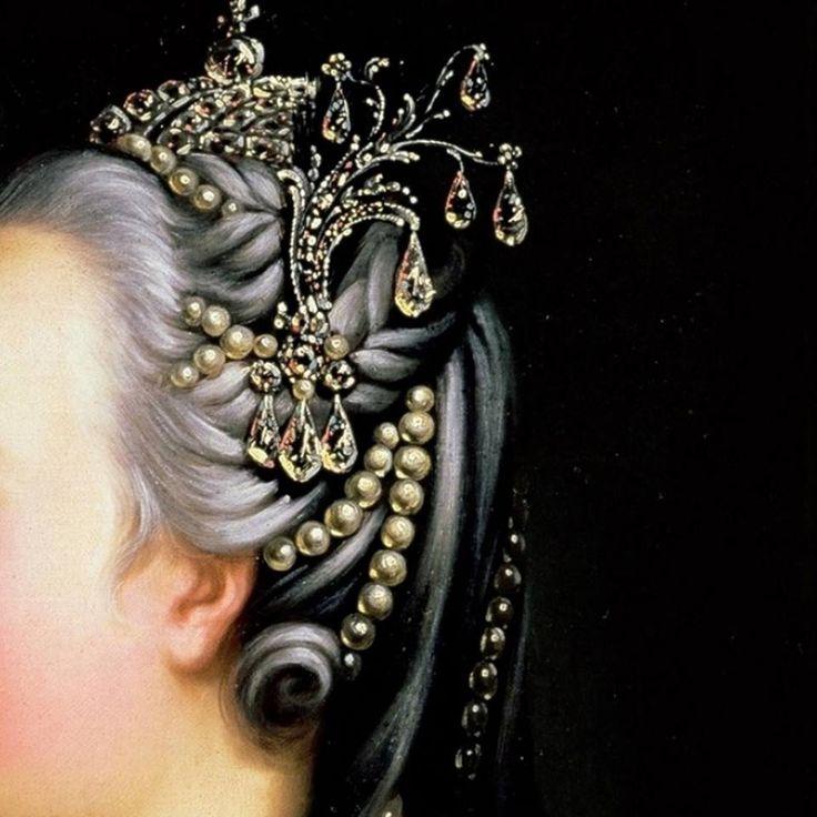Particolari di opere, terza parte. Heinrich Bulchholz: L'Imperatrice di Russia Elisabetta Petrovna. Olio su tela, del 1768. Cm 63,5 x 53,3. Museum of Tropinin and His Contemporaries, Mosca. Sui capelli grigi, ma non incipriati, alle trecce si uniscono fili di perle ed un grande gioiello di diamanti laterale: al centro splende la corona, anch'essa in diamanti.