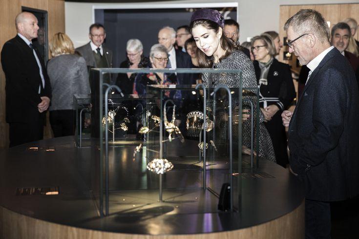 """Efter den officielle åbning blev Kronprinsessen vist rundt i udstillingen. """"Smykkeskrinet"""" består af omkring 1000 danske smykker fra det 20. århundrede, der med enkelte undtagelser alle er af sølv."""