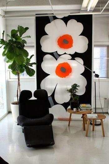 清潔感のある白を基調としたお部屋のインテリアにダイナミックなお花の布でインパクトを与えています★ 観葉植物がより生き生きとして元気に見えるのが良いですね♪