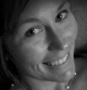 Murió un minuto después de subir una selfie al Facebook.  El caso de Courtney Sanford, una joven de Carolina del Norte, Estados Unidos, se suma al de otras personas que por sacarse una autofoto sufrieron consecuencias que, hasta ahora, habían sido peligrosas, pero no mortales http://www.diariopopular.com.ar/c190306