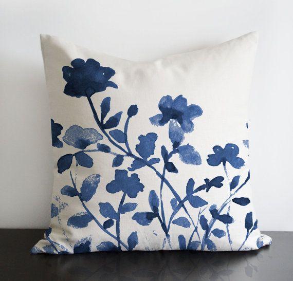 """Añil diseño original de flores de color azul añil - almohada de lino/algodón cubierta con cremallera invisible. Disponibles 16 """"sq, sq 18"""", 20 """"sq"""