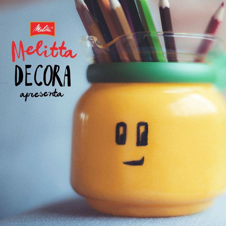 Quer dar um toque de criatividade na decoração da sua casa? Então confira esta dica do que fazer com sua jarra de café antiga. Ela traz mais cor para seu ambiente e você ainda reutiliza um material que já possui!