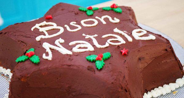 Il dolce di Natale di Elisa: Stella di pan di spagna con crema pasticcera, cioccolato fondente, amaretti e mandorle. Leggi la ricetta.