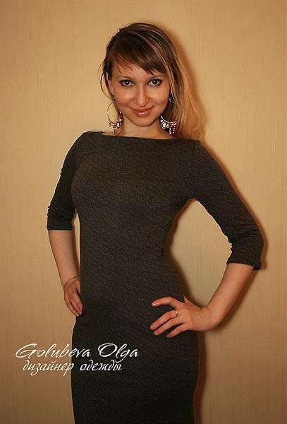 Платье футляр с вырезом лодочкой
