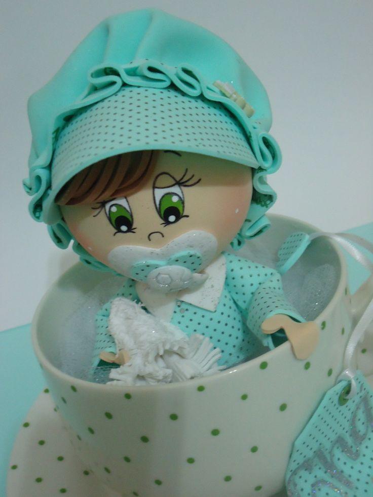 Bebezinho em Eva, dentro da xícara de porcelana na cor verde bebê e branco, uma graça ficará lindo na decoração do seu chá de Baby. Feito com muito amor.