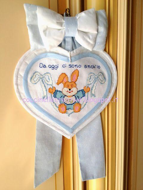Fiocco nascita, realizzato interamente a mano, per informazioni ⇩ http://coccinellecreative.blogspot.it/2013/10/fiocco-nascita-coniglietto-bambino.html