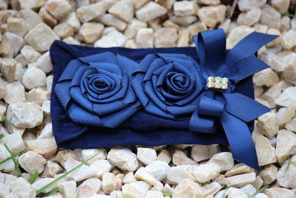 Faixa de meia azul marinho flores de fita em caracol com laço e strass dourado, ideal para bebê ou criança de 0 a 6 anos.