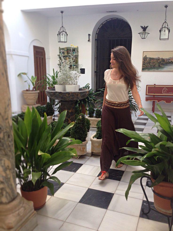 Blog de moda / Fashion blog.  Falda larga - sandalias planas naranjas - camiseta encaje espalda / Long skirt - orange flat sandals - lace t-shirt