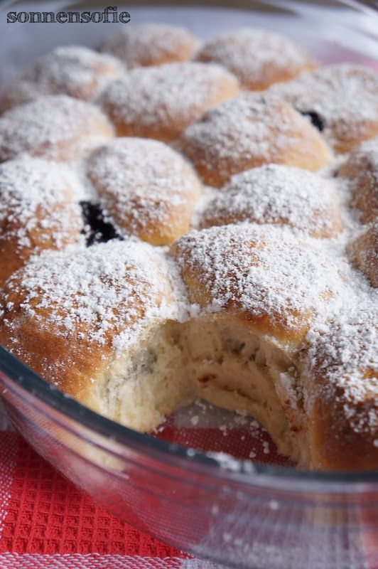 Rohrnudeln / Buchteln mit Powidl (Zwetschgenmus) und Vanillesauce