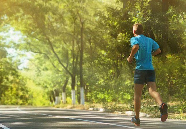 A corrida é o quinto esporte preferido dos brasileiros. Diferente de jogos como futebol e vôlei, que já têm dificuldades antes mesmo de começar (quem organiza as partidas sabe como é difícil conseguir combinar com os jogadores), basta um bom tênis e disposição para correr. Além de melhorar o condicionamento físico e a capacidade cardiorrespiratória, a prática regular de exercícios também eleva a qualidade de vida, ajudando a desestressar. E se der para fazer isso ao ar livre, muito melhor…