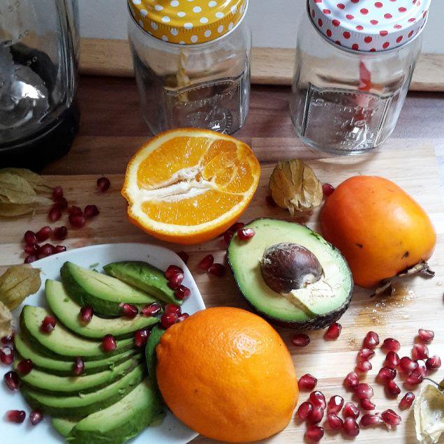 Smoothie aus kaki, orange, avocado und granatapfel