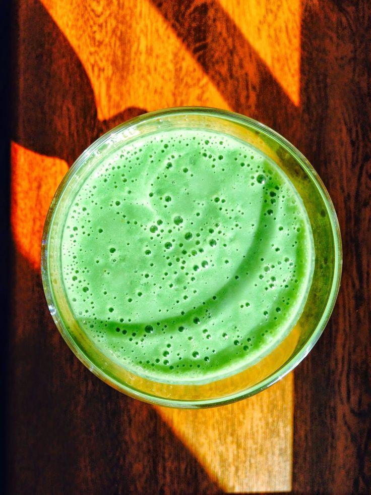 Zielone koktajle: spirulina + ananas + banan + mleko kokosowe + jogurt + miód + pomarańcza