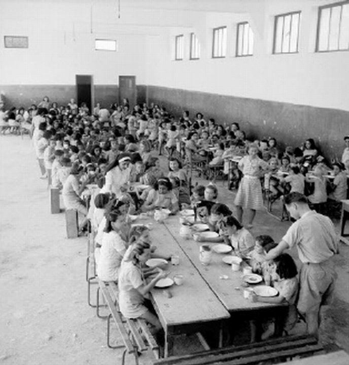 Συσσίτιο σε ίδρυμα για παιδιά. Αθήνα, 1942-1943