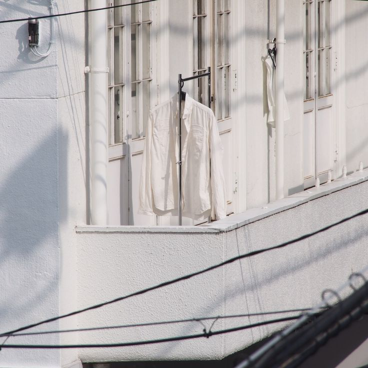 白い建物の白いシャツ