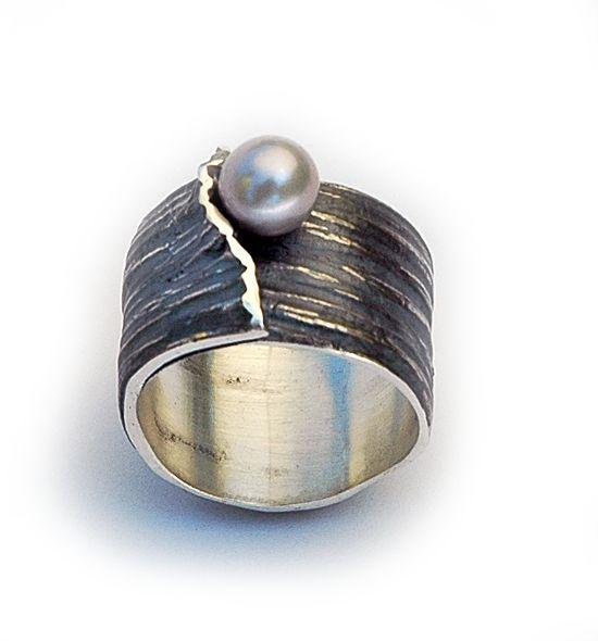 Corteza by Elisenda de Haro  -   Anillo óxido y perla negra  -  www.elisendadeharo.com