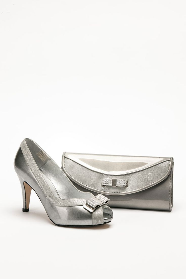 Mid heeled patent and suede silver shoe with bow detail and matching bag. Product code – GS14W Colour – Silver