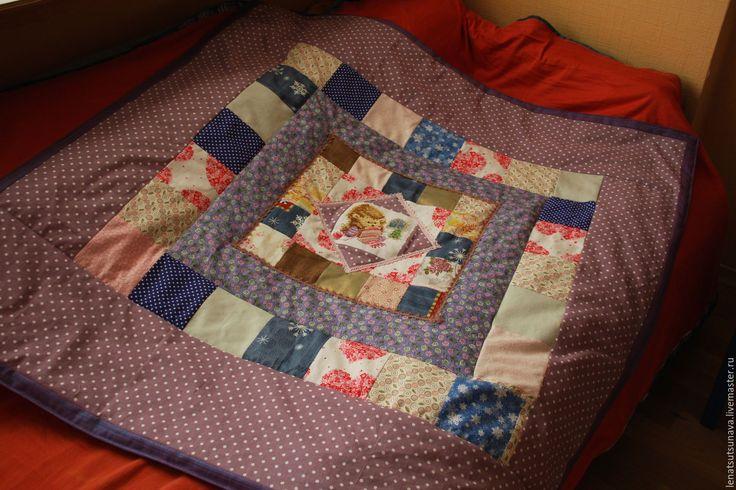 Купить или заказать 'Зимний Еж' одеяло для новорожденного в интернет-магазине на Ярмарке Мастеров. Одеялко 'Рождественский Еж' нежное и яркое одновременно. В центре композиции Ежик,который вяжет рождественский чулок возле елочки. Ежа вышивала сама и с удовольствием) Одеяло украсит комнату малыша, задаст новогоднее настроение. Легкое, нежное, небольшое по размеру. Выполнено из натуральных тканей: специальные ткани для пэчворка США, Корея, Дания, ивановские бязи, ткани Трехгорно...