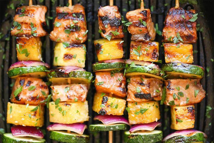 Grătarulde somon esteo mâncareușor de gătit, consistentă, dieteticăși sănătoasă. Și este bogată în tone de arome vibrante! Ați observat că alimentele preparate pe bețișoaretind să aibă un gust mai bun? Nu există niciun fel de dovezi științifice care să explice acest lucru, și totușieste ceva maiatrăgător și mai gustos atunci când alimentele sunt gătite pe …