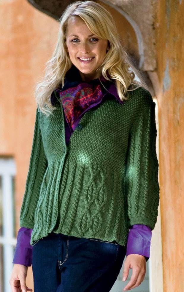 Den grønne trøje med høj talje, snoninger og perlestrik passer til både jeans og nederdel.