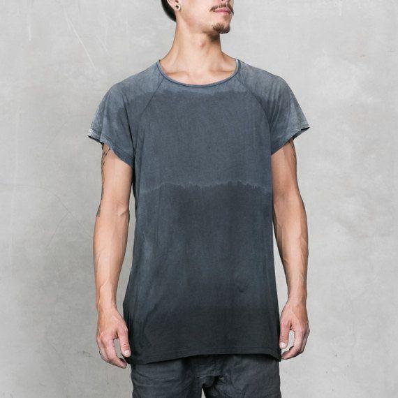 BESCHREIBUNG Überblendung zu Schwarz in unserer Hand getaucht und Ombre Herrenabschlag gefärbt. 100 % Supima-Baumwolle weicher wird immer je mehr Sie es waschen.  Produziert in kleinen Losgrößen und zeitintensiv zu produzieren, hat jedes Shirt einzigartig subtile Farbvariationen. Wie eine Schneeflocke sind keine zwei gleich. Wir denken, dass Sie die feinen Details, die dieses Kleidungsstück einzigartig, machen ein Hemd bald ein wesentlicher Bestandteil Ihrer Garderobe zu bemerken…