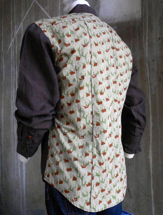 Klassieke knippen SHIRT met moderne TWIST.  Grafische geometrische afstemming  Gemaakt in krijtstreep Brown Ierse linnen als belangrijkste orgaan. gemengd met Olifant schetsen motief print op gemengde Katoenmengsel. op de schouder- & achterzijde. Uitgerust lange mouw  Kan het hele jaar rond, (Iers linnen) licht tot middelzwaar stof gedragen worden. zoals zachte denim  Op maat gemaakt Meting van het lichaam M Borst 38-40 ins (97-102cm Lengte 29 75cm Mouw 26 66,5 Schouder 18 46 Kraag. 16,5…