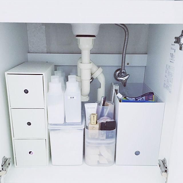 女性で、2DKの洗面台下収納/バスルーム/洗面所/セリア/2DK/ナチュラル…などについてのインテリア実例を紹介。「ニトリの3段引き出しボックスに娘の ・下着 ・肌着 ・パジャマ を収納•̀.̫•́✧ その横はナチュラル系洗剤(重曹など) メイク道具トレーの下はスポンジパフを 無印良品の蓋付きボックスに収納( ⁼̴̶̤̀ω⁼̴̶̤́ ) ファイルボックスにはストック品を♩」(この写真は 2016-06-22 08:10:13 に共有されました)