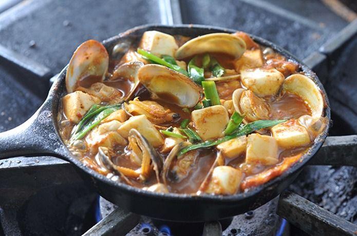 アウトドア料理は、キャンプなどのアウトドアフィールドで作る料理のこと。ダッチオーブンやスキレットで作るおすすめアウトドア料理をご紹介!そのほか朝食料理や人気の高い燻製も併せて公開中です!これであなたもアウトドア料理マスターの仲間入り!?
