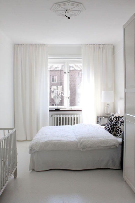 Tynne hvite gardiner fra tak til gulv