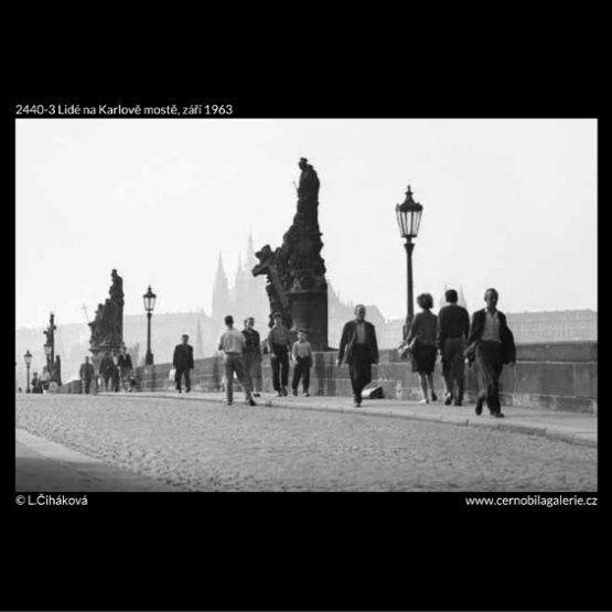Lidé na Karlově mostě (2440-3) • Praha, září 1963 • | černobílá fotografie, Karlův most, socha, lucerna, lidé, ruch, dlažba |•|black and white photograph, Prague|