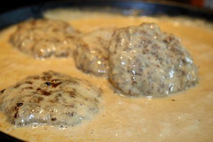 Detta behöver du: Potatis 700 gram nötfärs /blandfärs smör till stekning 2 klyftor pressadvitlök 1 ägg 2 tsk torkad oregano 150- 200 gram smulad fetaost Salt och nymalen peppar Sås: 2 msk smör 1/2 dl vatten 3 dl grädde 2-3 tsk kalvfond 1 msk kinesisk soja salt och peppar red … Läs mer