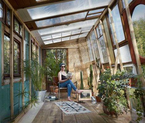 Een tuinkamer maken van oude ramen! Niet alleen goed voor je planten, ook om er een gezellig zithoekje te maken!